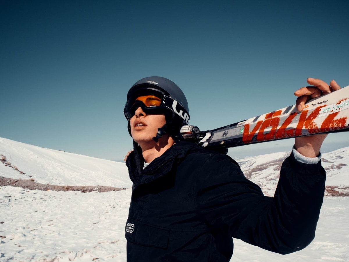 man-in-ski-gear-with=skies