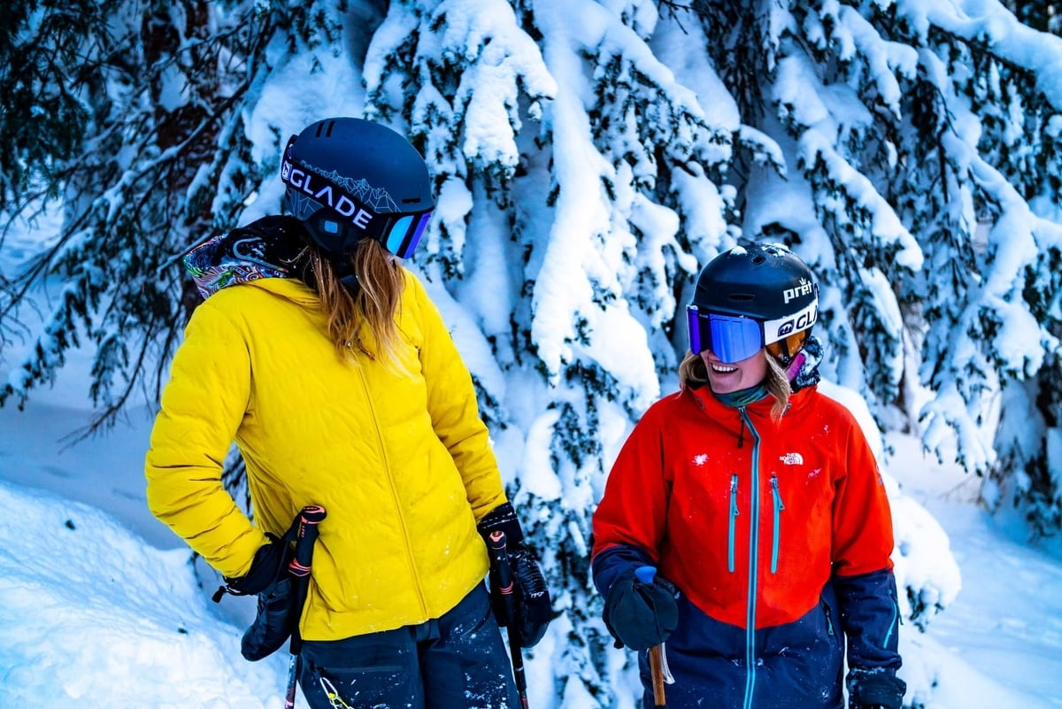skiing-friends-laughing