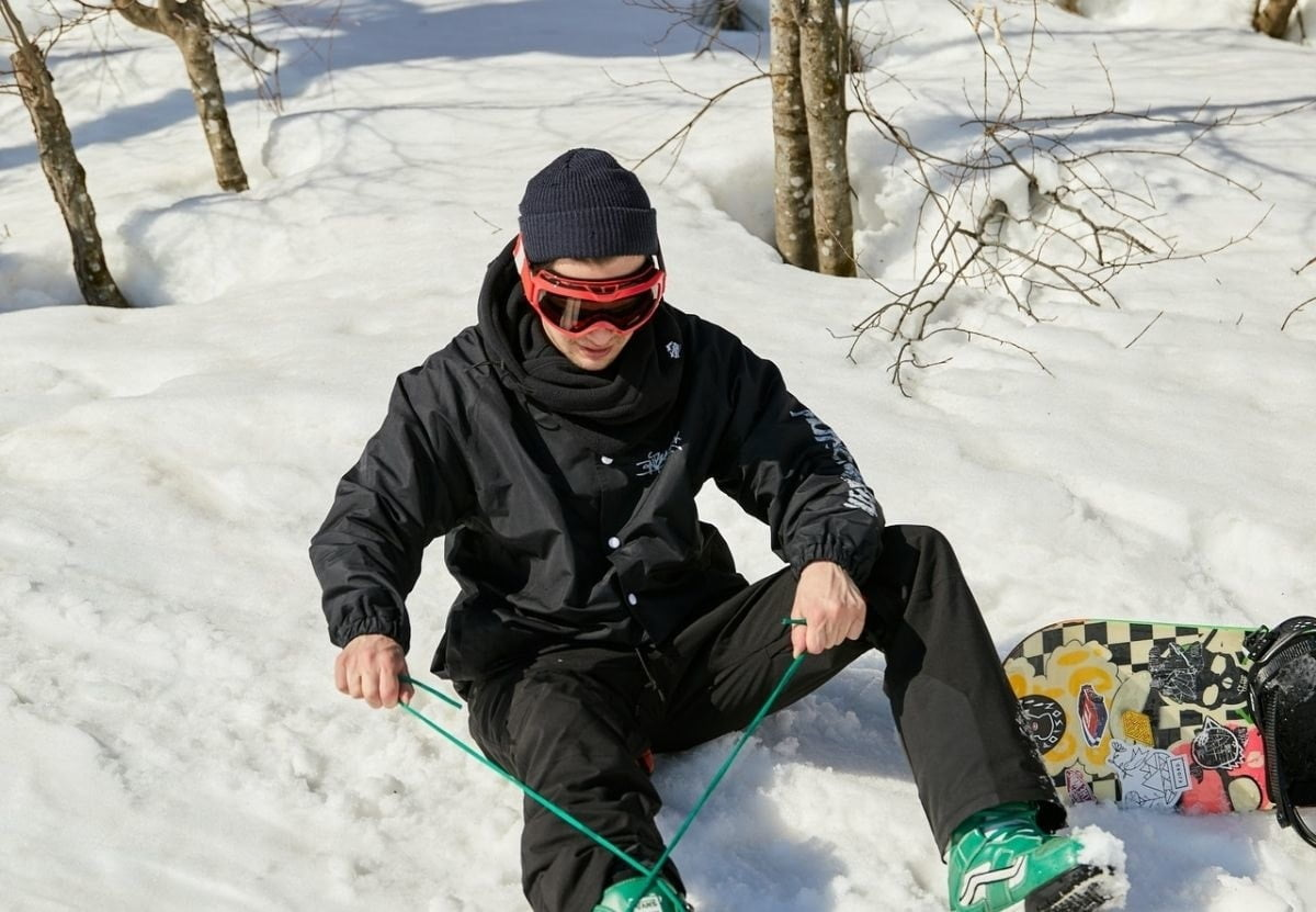 snowboarder-tying-snowboard-boot-laces